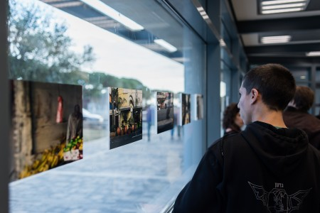 תלמידי הסדנא בתערוכה צילום: יונס אופרסקלסקי